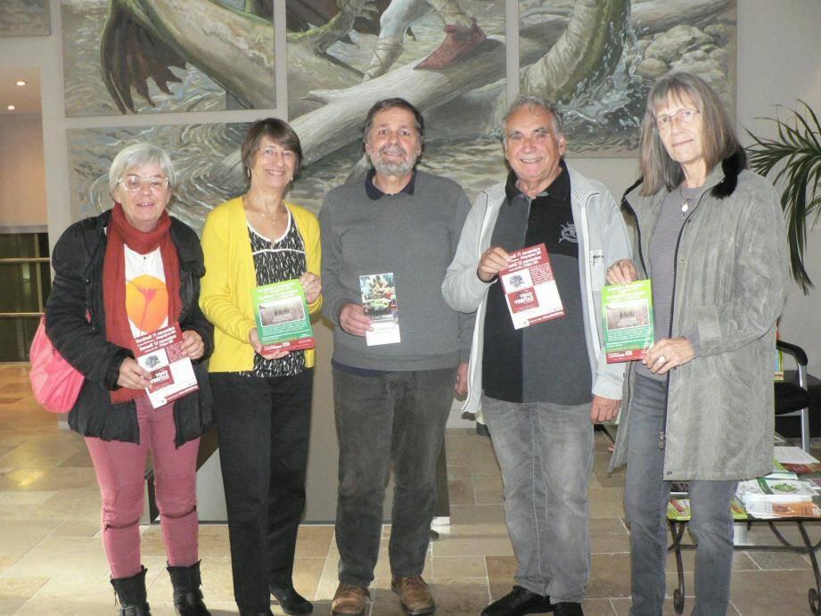 Emmanuel Charles a présenté le programme du festival à Danièle Adoux-Copin (à sa droite), en compagnie des membres de Colibris 83 et de leur président, Michel Berthelot (à sa gauche).