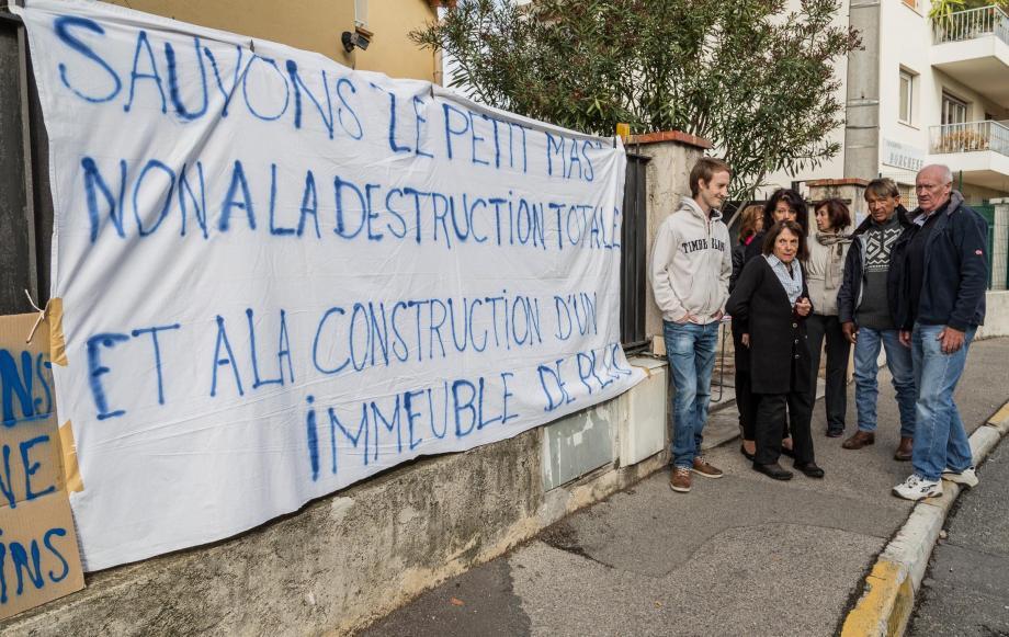 Les riverains s'opposent à la construction d'un immeuble de deux étages à la place du Petit mas.
