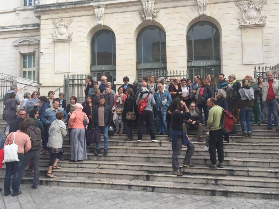Les manifestants devant le palais de justice de Nice.