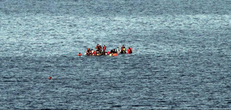 Des migrants sur une embarcation au large de la Grèce.