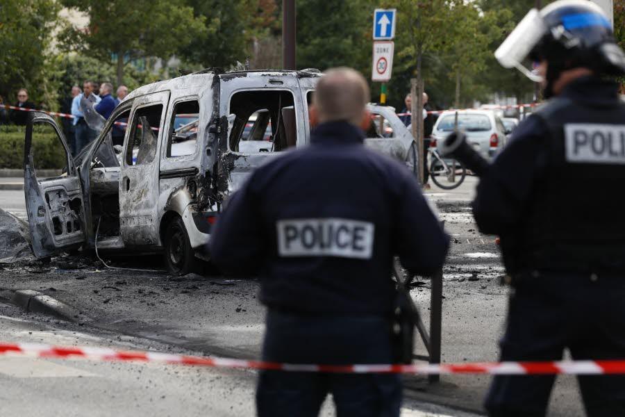 Les policiers ont été la cible d'une attaque aux cocktails Molotov.