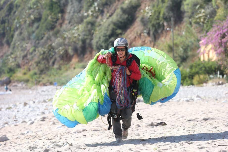 De gauche à droite, Claire Mercuriot lors de son atterrissage sur la plage de Cabbé et Barbara Frediere au moment de décoller sur le site du Mont Gros, à 680 mètres d'altitude.