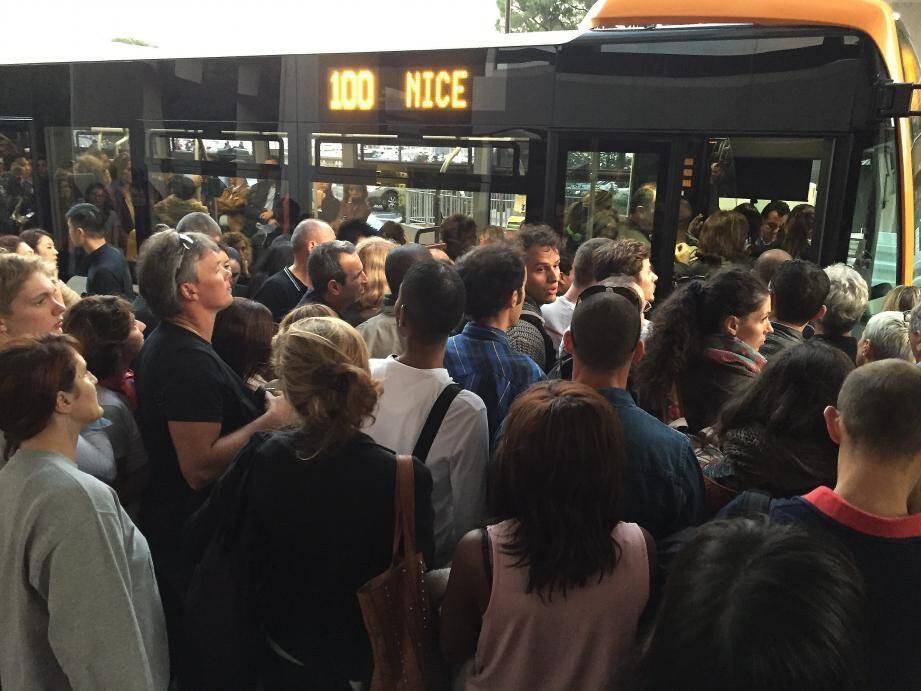 Difficile de rentrer dans le bus 100 en direction de Nice, hier en fin de journée  à Monaco. Il était conseillé, en gare, d'emprunter le car… mais beaucoup étaient complets.