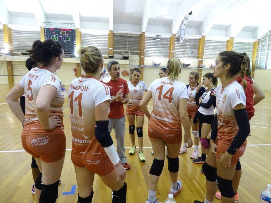 Les filles de N2, ici écoutant les conseils de leur coach, remportent leur 5e victoire d'affilée.(DR)