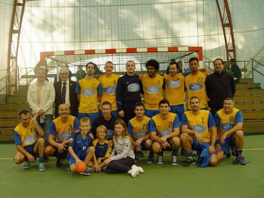 L'équipe masculine pose avec le staff du club et l'adjoint aux sports de Beausoleil, Gérard Destefanis, à l'issue de sa nouvelle victoire.(DR)