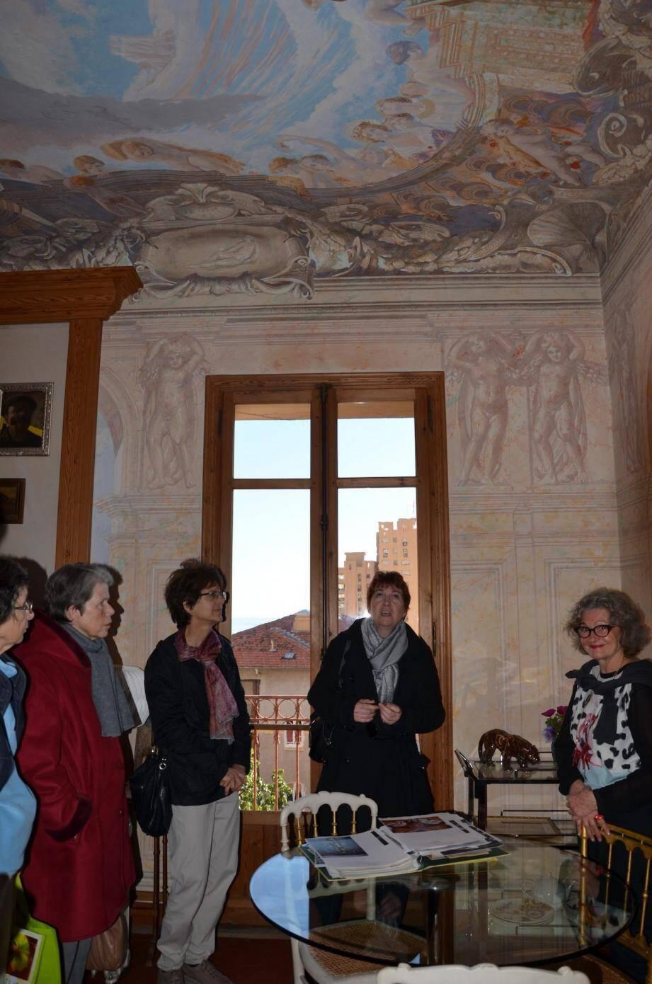 La Villa Juturne, décorée par son propriétaire et grand artiste peintre Patrizio Rogolini, sera présentée par sa petite-fille, Fanny (à droite).