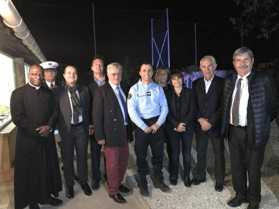 Le sénateur-maire de Fréjus, David Rachline (3e en partant de la gche), à côté du maire, Marc-Etienne Lansade, est venu inaugurer le poste de police auquel il a contribué avec 7 300 euros.