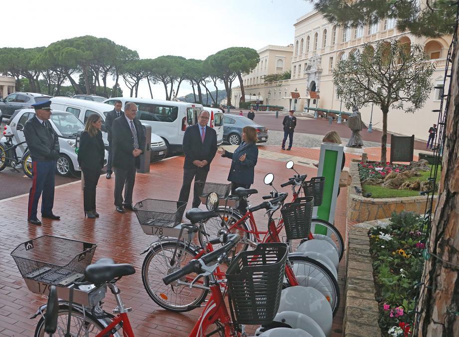 Le prince Albert II a permis l'installation d'une treizième borne, sur la place du palais princier, pour dix vélos à assistance électrique.