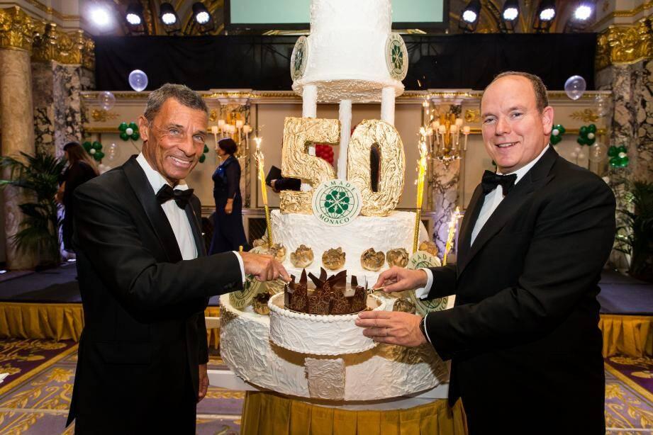 Le souverain et le président de l'Amade Monaco, Jean-Pierre Campana, ont fêté le 50e anniversaire de l'association au cours d'un gala  à la salle Empire.