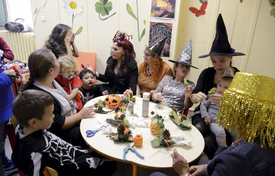 Les bénévoles et les assistantes du centre familial ont organisé des ateliers décoratifs pour Noël.