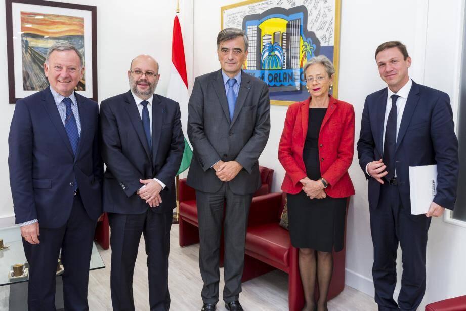 Au cours de son étape niçoise, Georges Károlyi (au centre) a été reçu par Philippe Pradal et Rudy Salles, le maire et son adjoint aux Relations internationales.