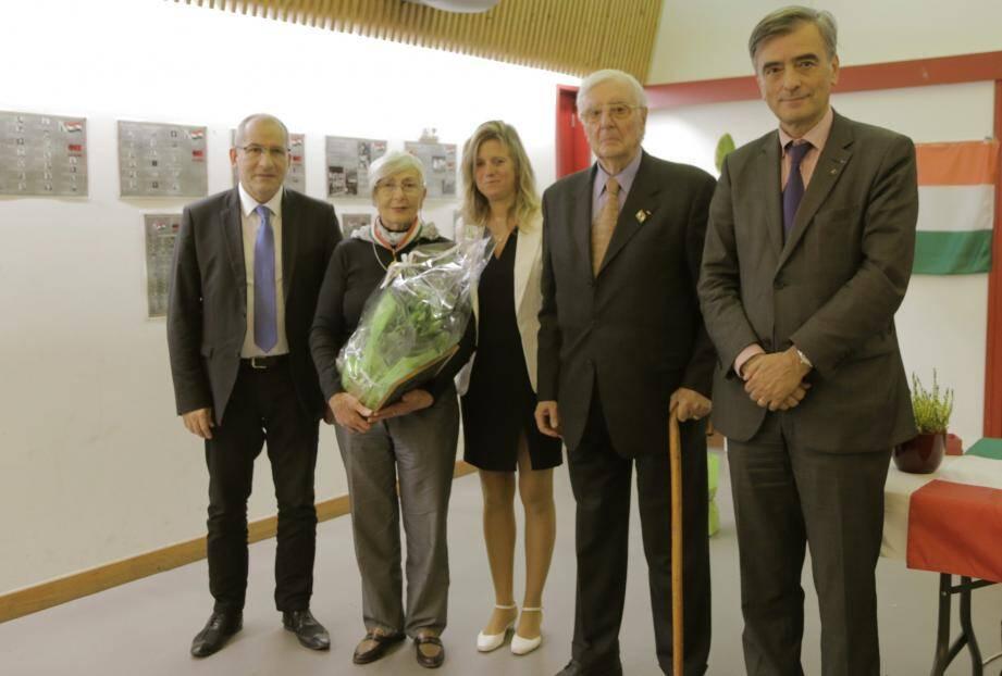 De gauche à droite : le maire Christophe Etoré, Marguerite Zipszer, Mercédesz Dabizs, Pàl Tar et Georges Kàrolyi.