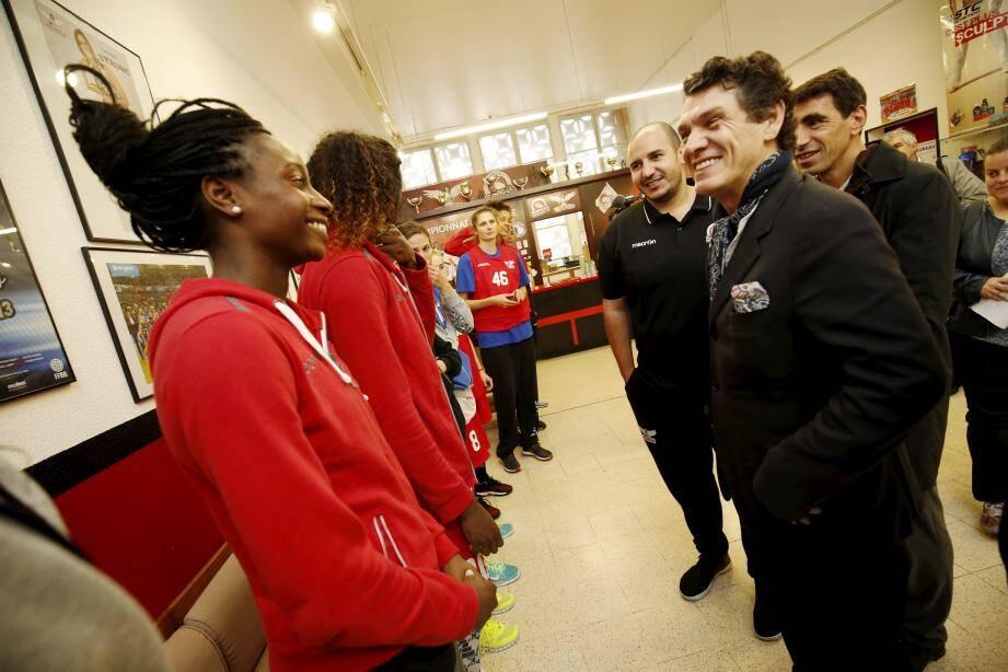 Les basketteuses du Cavigal ignoraient que l'artiste leur rendrait visite en fin d'entraînement.