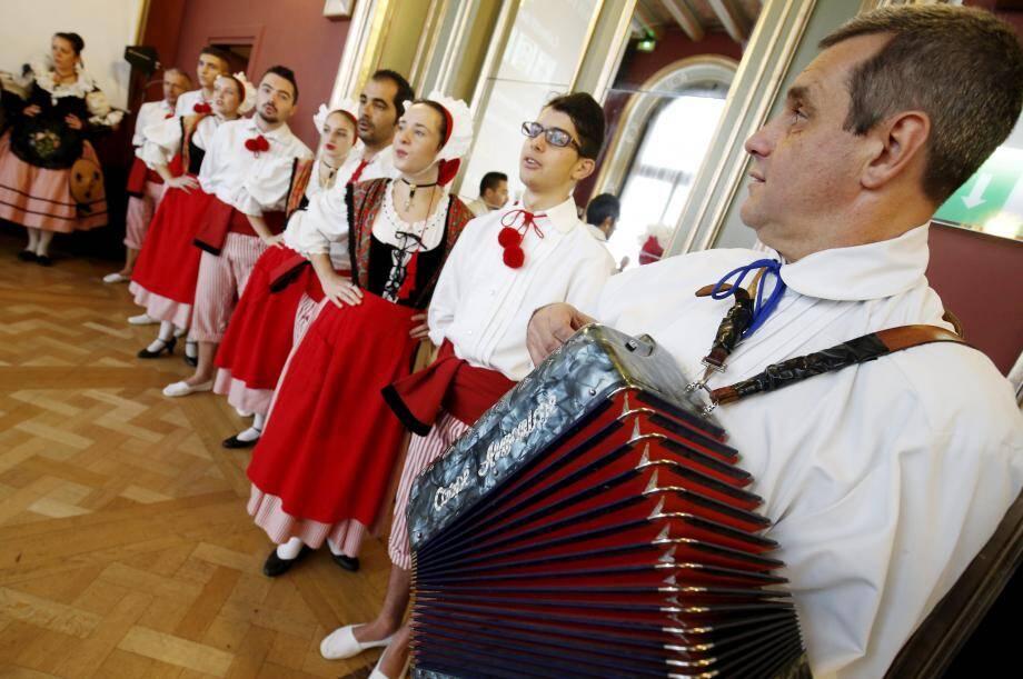 Les traditions niçoises attendent celles d'autres pays. Ce sera en août, à travers La Farandole, ode au folklore international.
