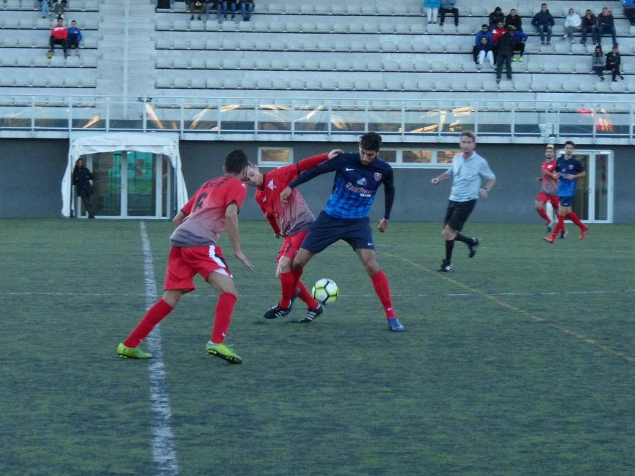 Avec ce succès dans le derby, Gennari (en bleu) et la réserve du RCG pointent désormais en tête du championnat.