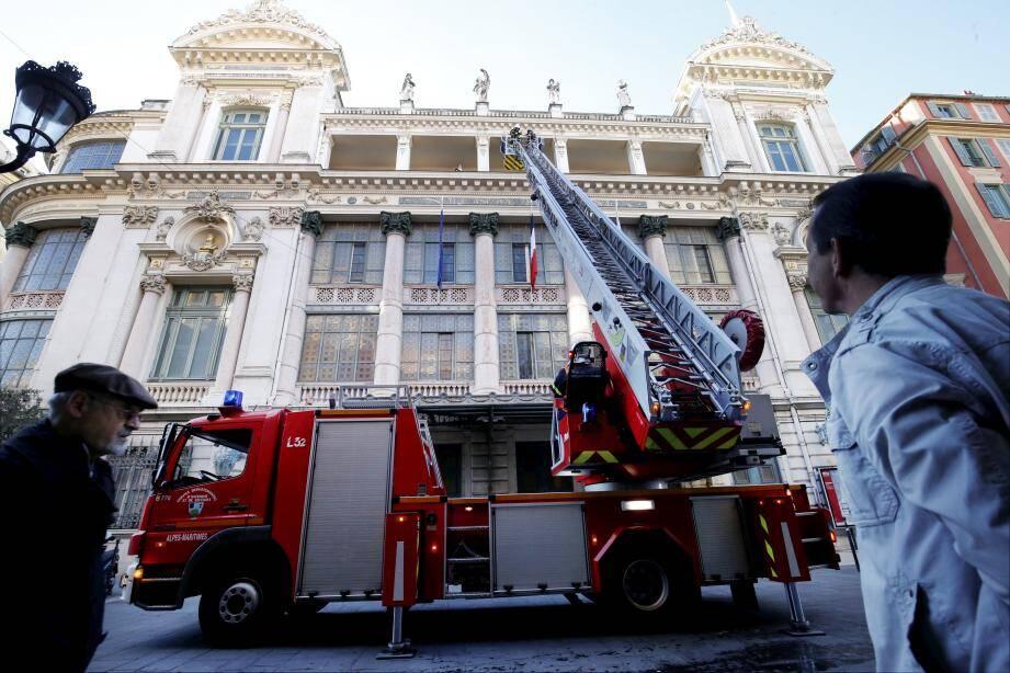 La grande échelle des sapeurs-pompiers déploie son bras métallique de 32 mètres pour aller secourir les réfugiés sur un des balcons de l'opéra, où un pseudo-feu s'est déclaré.