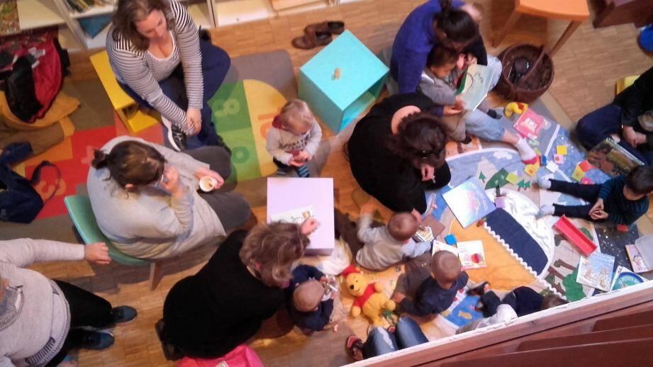 Les enfants autour du tapis-lecture à la médiathèque.
