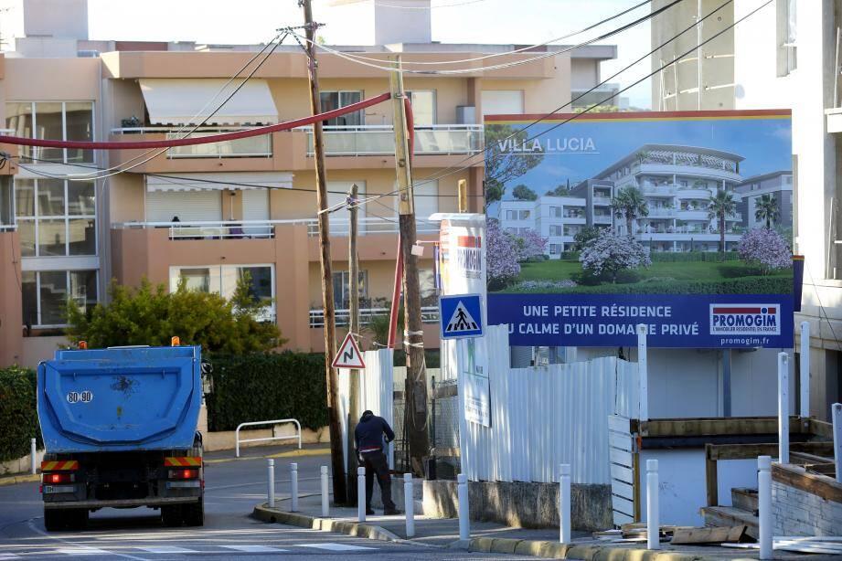 Situé en entrée de ville, proche de Sophia Antipolis et de la zone d' activités des hauts d'Antibes, le quartier des Combes subit une pression immobilière importante.