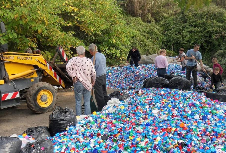 Comme toujours, le chargement du camion a été réalisé par les bénévoles venus pelleter toute une matinée avec le soutien technique de la municipalité de Pégomas.