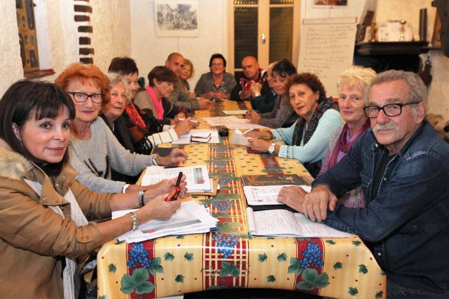 Autour de la table les responsables de l'association mettent au point les différentes animations du samedi 17 décembre.