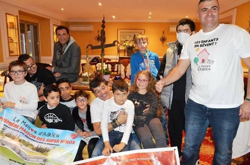 Stéphane Plaza a consacré un moment aux enfants de l'association Adrien lors de sa venue dans la région cannoise.