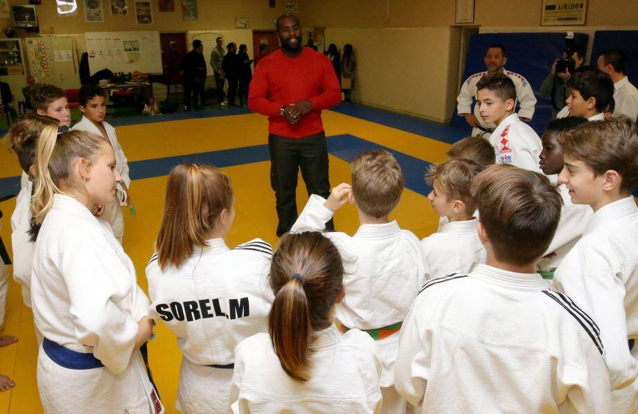 Aux jeunes du Judo Club de Monaco, entraînés par Marcel Pietri, Teddy Riner a fait la surprise hier de venir donner quelques conseils, sur leur tatami.