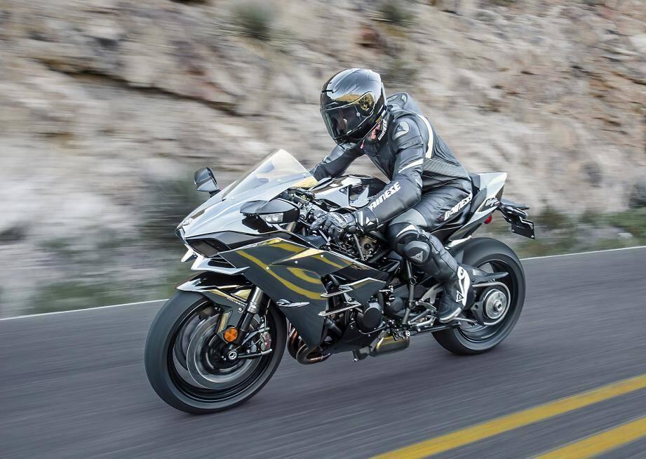 La Kawasaki Ninja H2 se décline aussi en version R de 326 ch. Elle reste alors réservée à un usage sur circuit.
