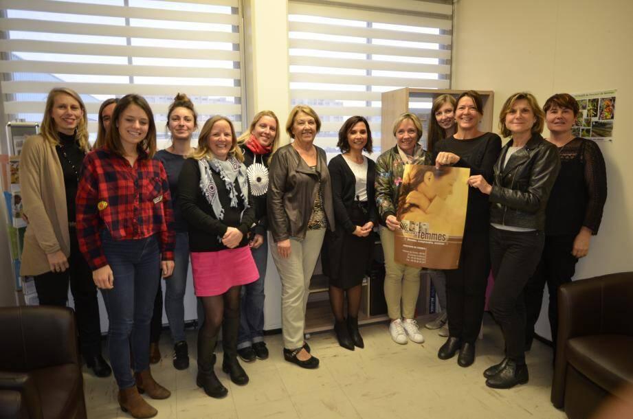 La Team Femm'euses derrière l'affiche de Parcours de Femmes supportée par toute l'équipe de l'association cannoise.