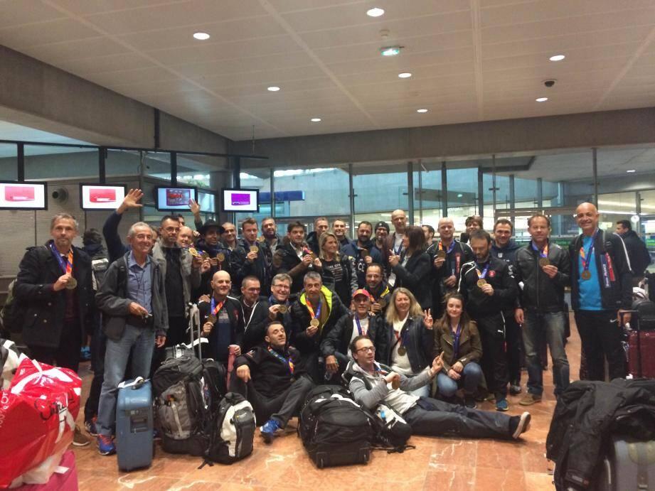 Retour en fanfare des membres de Grasse à New York, hier matin à l'aéroport international de Nice avec la fameuse médaille des finishers du marathon de New York.
