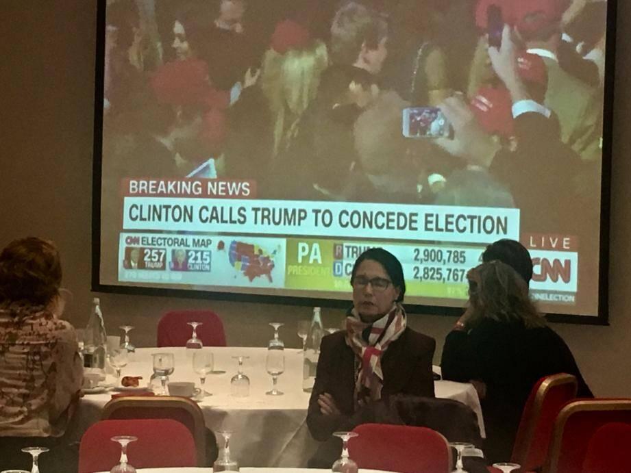 Dos à l'écran, cette supportrice d'Hillary Clinton est restée prostrée de longues minutes.(DR)