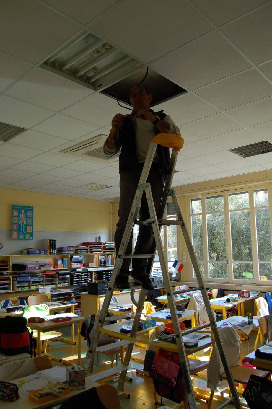 la réparation a été rapidement effectuée au plafond de la salle de classe.