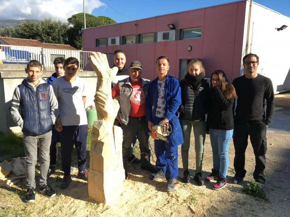 Les jeunes de la classe de 3e segpa ont pu s'entretenir avec le sculpteur qui leur a parlé plus en détails de son travail.