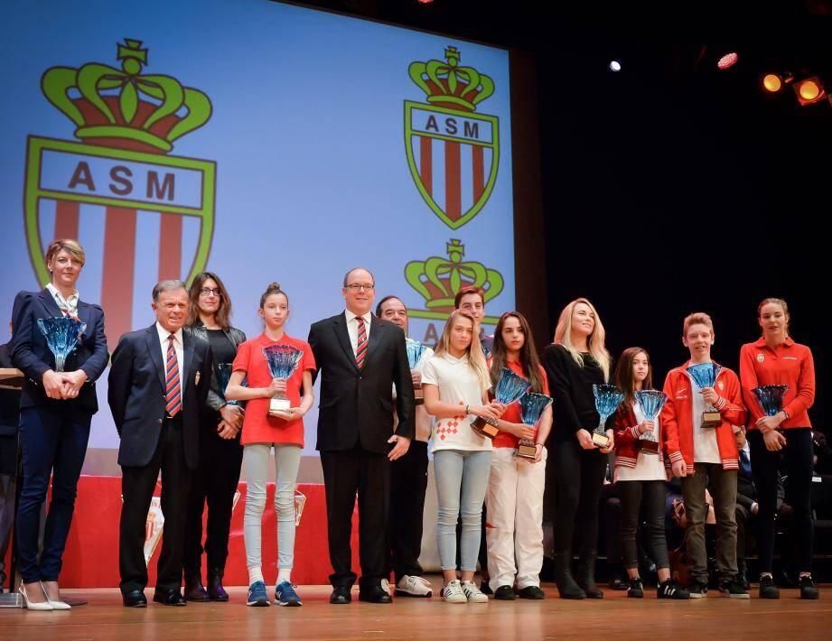 Photo de famille pour les lauréats des trophées d'or 2016.