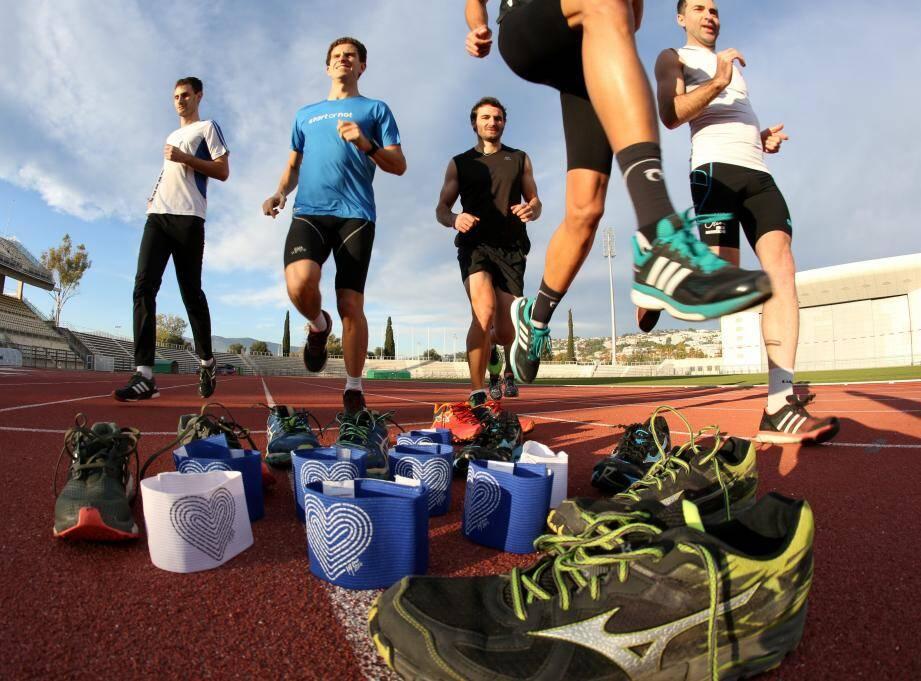 Séance d'entraînement au stade Charles-Ehrmann pour l'équipe de marathoniens emmenée par Sébastien Mulet. Demain, ils s'élanceront en arborant des brassards hommage.