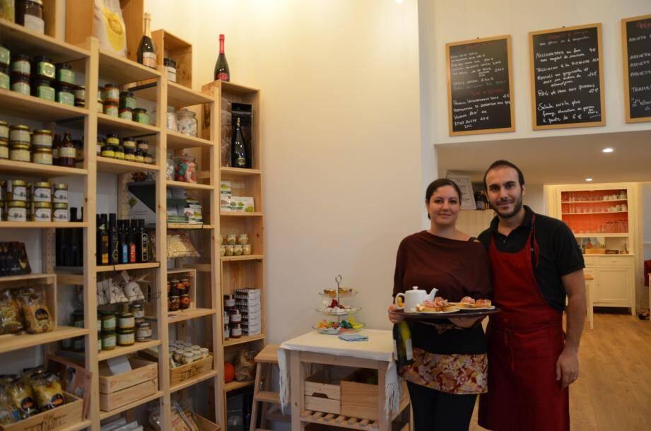 Emanuela et Riccardo Pili préparent les assiettes italiennes depuis leur cuisine ouverte.