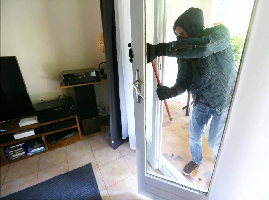 Le cambrioleur s'est introduit dans une villa de Cap-d'Ail en fracturant une porte vitrée avec un caillou. (Illustration Patrick Blanchard)