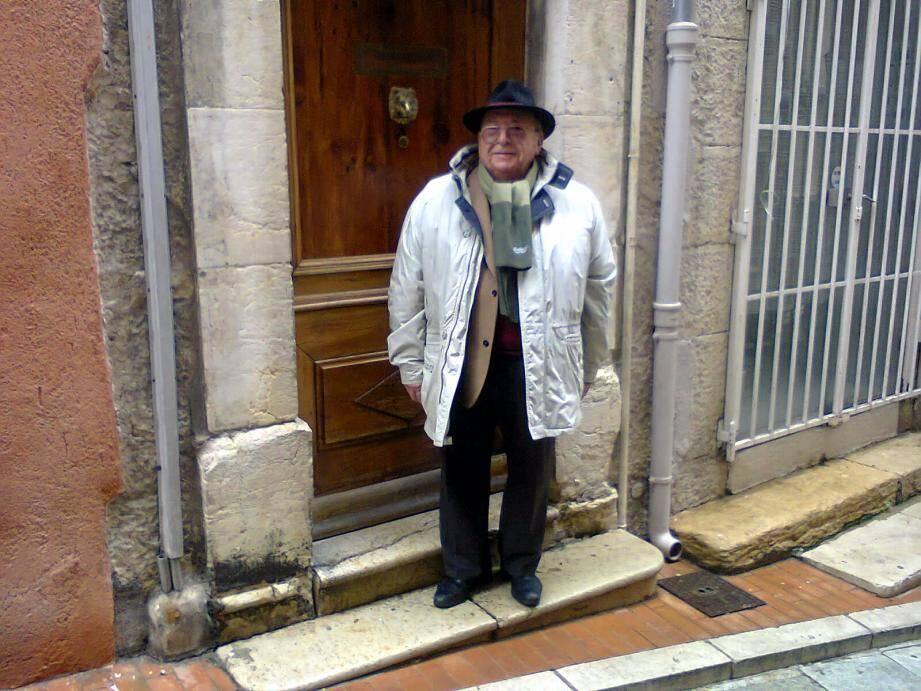 Maurice devant l'entrée de son immeuble, rue de l'Oratoire.