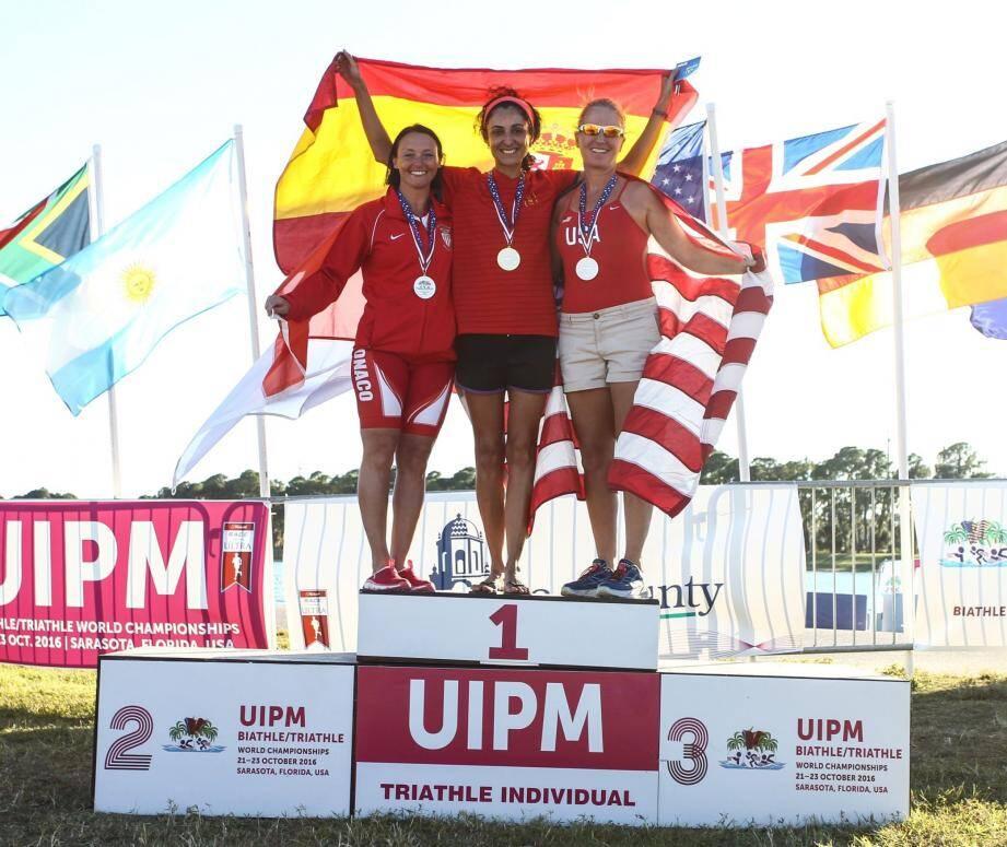 Amanda Aiello, à gauche, heureuse sur la deuxième marche du podium en Floride.