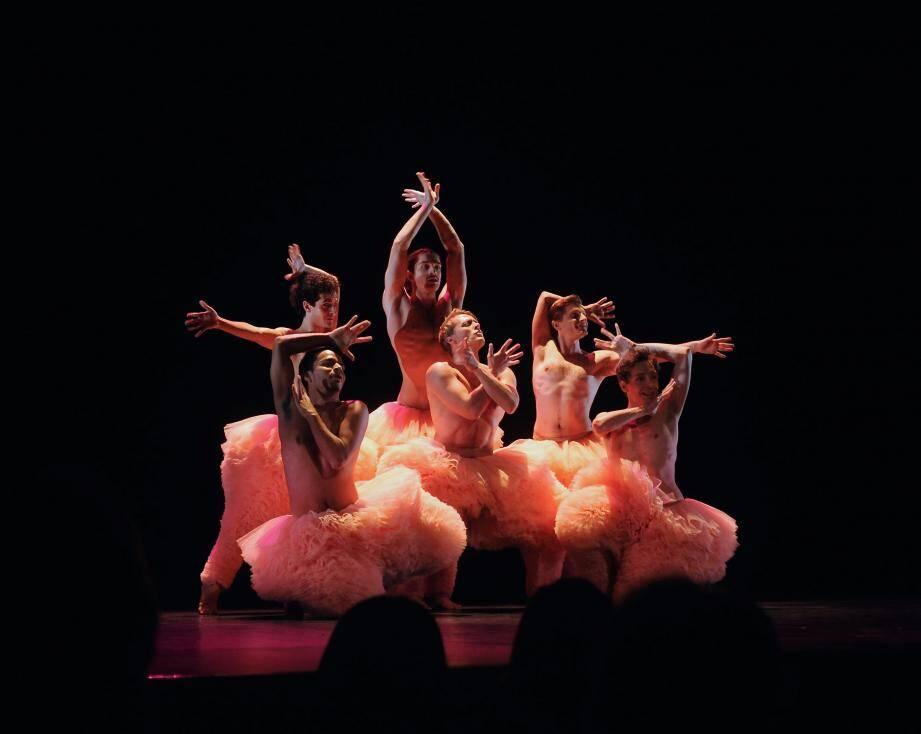 Des tutus jouflus à l'effet aussi bouffant que bluffant pour des danseurs très athlétiques.