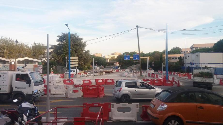 Il est encore bien difficile pour les automobilistes de s'y retrouver dans ce véritable labyrinthe de plots et barrières rouge et blanches aux abords de l'entrée/sortie d'autoroute de Mandelieu-centre.