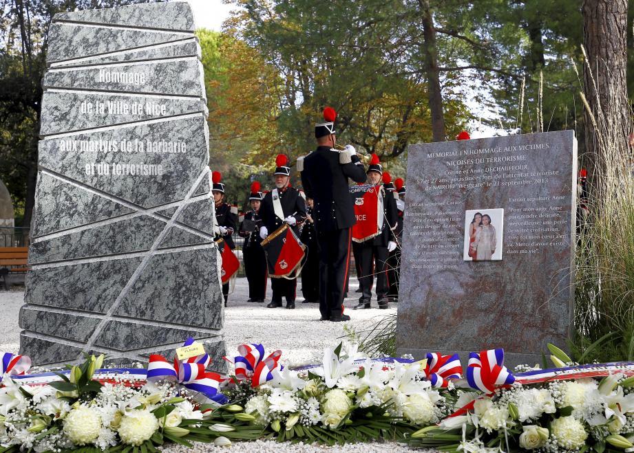 De nombreux officiels et élus ont participé à l'hommage aux victimes des attentats de Paris  survenus le 13 novembre 2015.