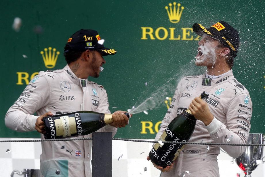 Si Lewis Hamilton arrose dignement sa première victoire en terre brésilienne, c'est toujours Nico Rosberg qui tient la corde dans la course au titre. Rendez-vous décisif le 27 novembre à Abu Dhabi !