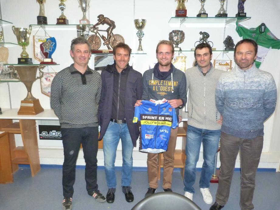 Amaël Moinard reçoit le maillot de son nouveau club des mains d'Olivier Presse, le manager sportif, en présence d'Eric Masseglia (à g), le président, de Christophe Menei et Laurent Elleon.
