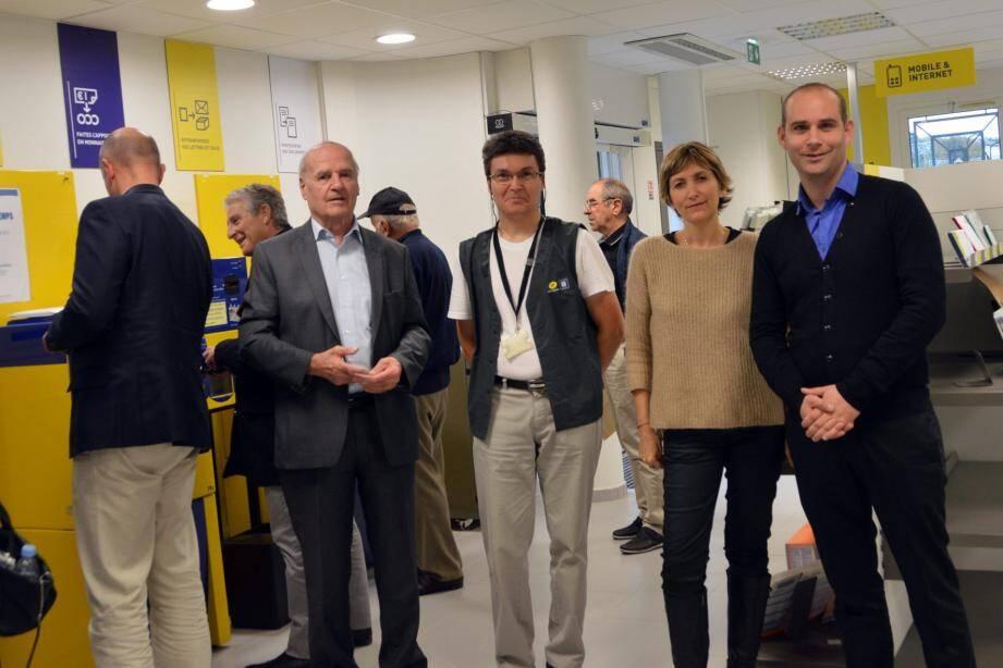 Le maire Gilbert Pibou en compagnie du directeur de réseau Renaud Barbeau et de quelques chargés de clientèle, a été l'un des premiers clients à venir effectuer une opération après l'ouverture du bureau.
