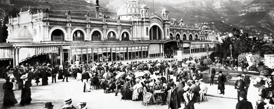 En 1915, il faut voir et être vu en terrasse au Café de Paris, centre névralgique de Monte-Carlo.