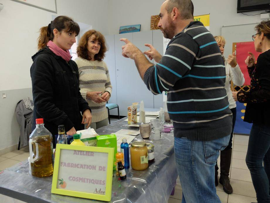Chrystelle et Danielle sont venues à la ferme Giaume pour préparer des produits naturels. Une solution économique et écologique.