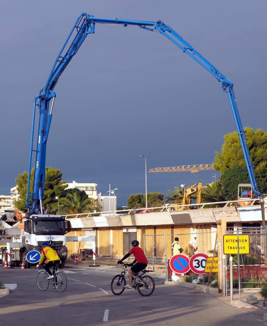 Remise à niveaux radicale de la totalité des cellules commerciales sur le quai La Pérouse, sur le port de Saint-Laurent-du-Var. En bas, à gauche, le visuel du projet avec les structures identiques pour chaque cellule.
