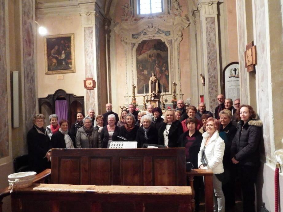 Les choristes sont prêts pour interpréter les chants de la messe de Gounod.