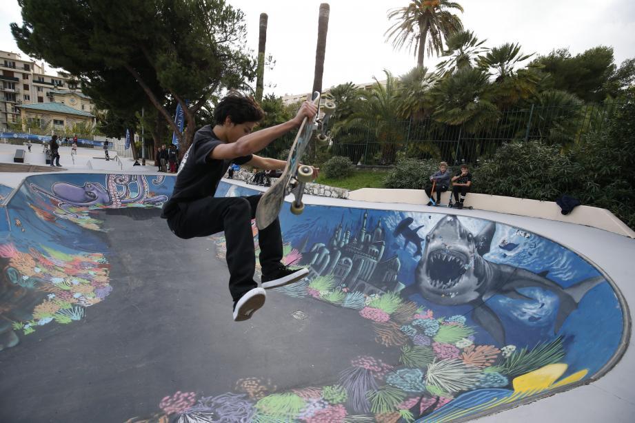 Valentin, jeune skateur à la réputation solide, a tenu à peindre les coraux de la fresque.