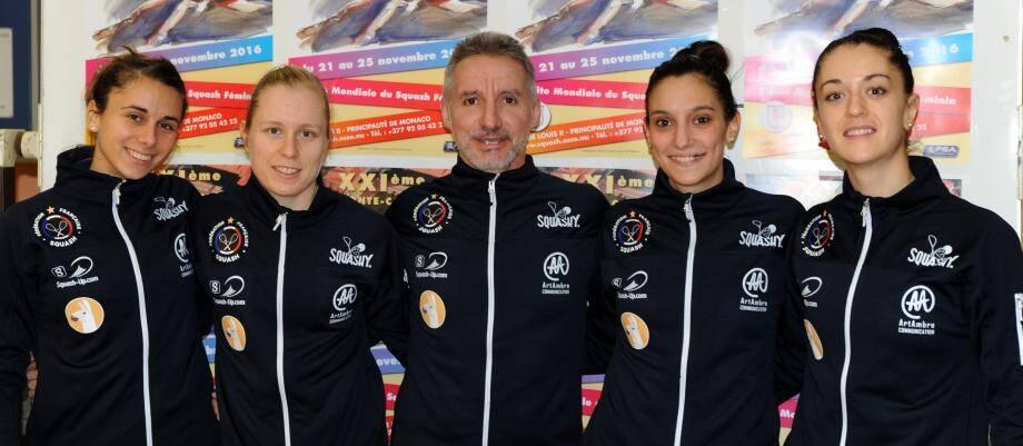 L'équipe de France féminine de squash avec, de gauche à droite, Laura Pomportes, Chloé Mesic, Philippe Signoret, Camille Serme et Coline Aumard.